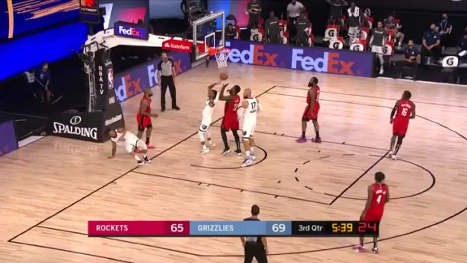 Brandon Clarke shows off with a touch pass assist
