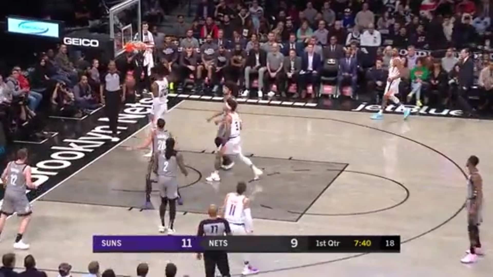 Deandre Ayton Goes Strong to the Rim