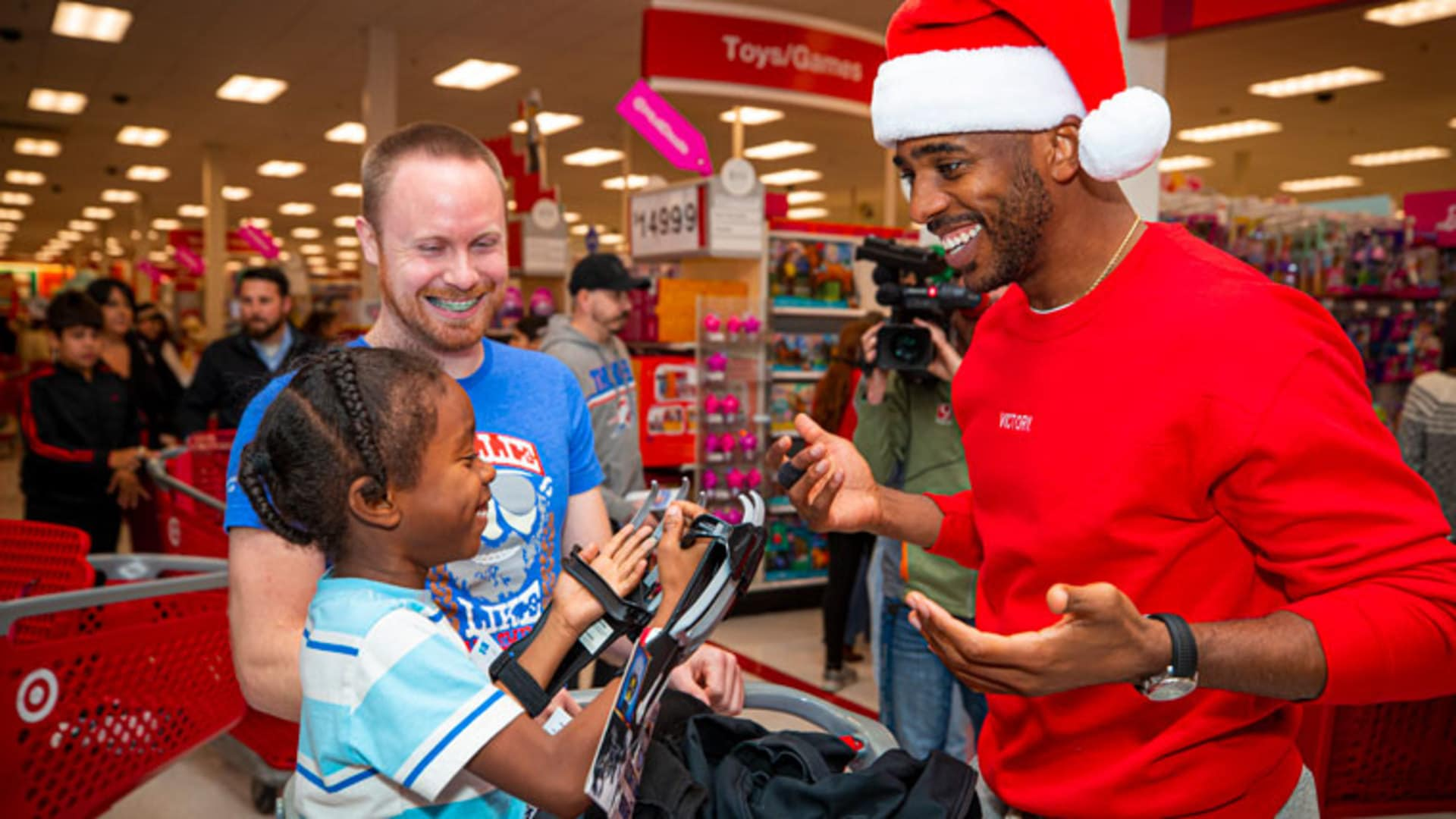 Chris Paul Spreads the Gift of Giving