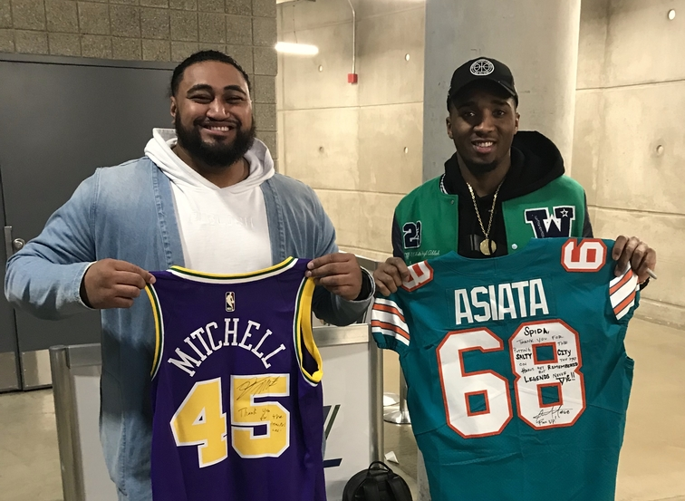 Donovan Mitchell and Miami Dolphins lineman Isaac Asiata swap snacks ... f1174803b