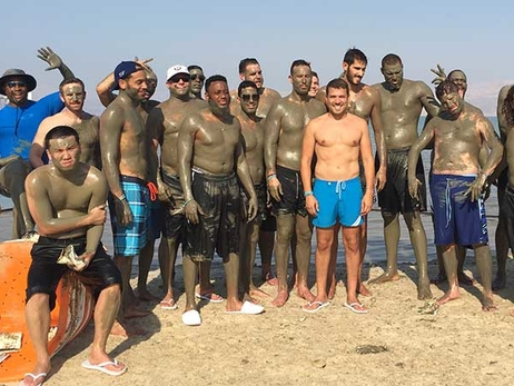 Gallery: Cousins, Butler and Casspi Swim in Dead Sea