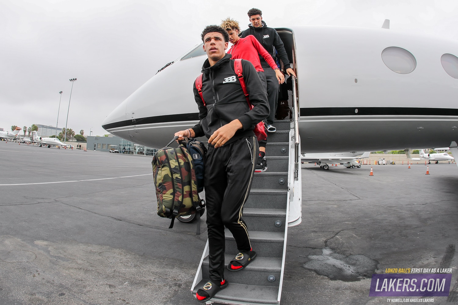 A day in photos lonzos first day as a laker los angeles lakers lonzo and his brothers step off the plane voltagebd Images
