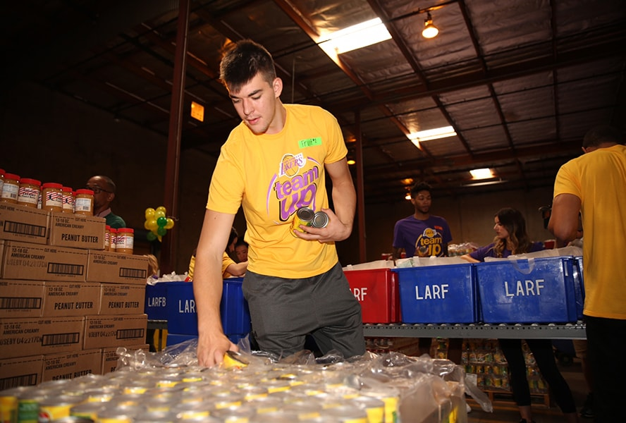 Lakers Team Up with Los Angeles Regional Food Bank