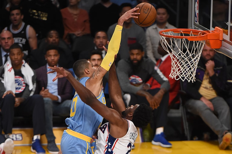 Kuzma fearlessly attacks the rim above Joel Embiid
