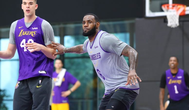 d30c46bf9 LeBron Returns to Contact Practice  Kuzma Questionable for Sunday ...