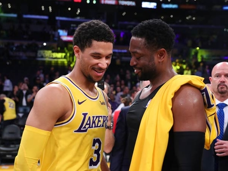 Lakers, Dwyane Wade Salute Each Other After Final Matchup