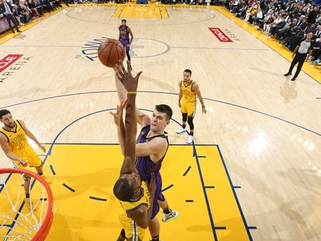 Lakers Step Up in LeBron's Absence, Rout Defending Champs on Christmas Night