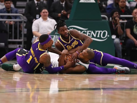 Lakers Fall to NBA-Leading Bucks Despite KCP's 35 Points