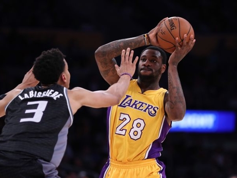 Lakers cortan al centro Tarik Black