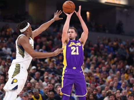 Lakers firman a Travis Wear para el resto de la temporada