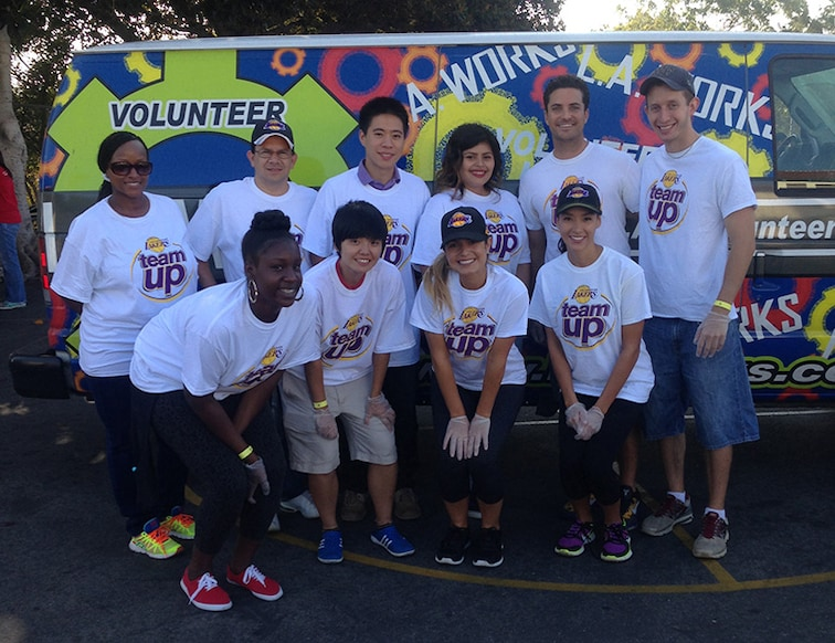 Lakers Team Up Volunteers