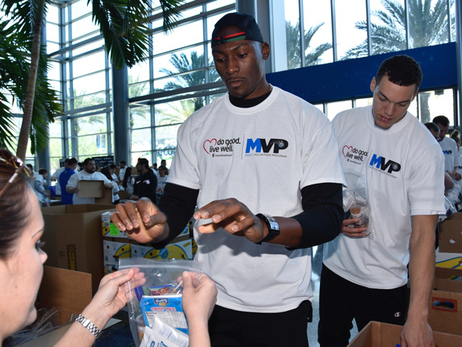 Aaron Gordon, Bismack Biyombo, Entire Magic Staff and UnitedHealthcare Fight Hunger in Central Florida