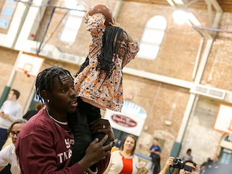 Photos: Jrue Holiday and family give thanks to local families
