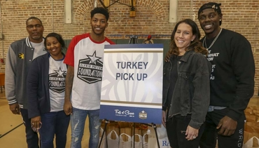 Jrue, Elfrid Give Turkeys to Families