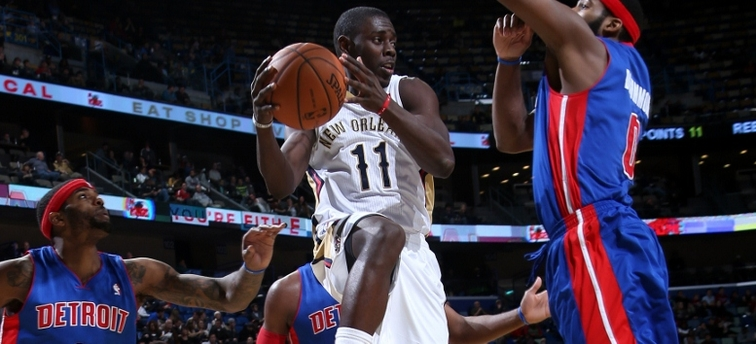 Pelicans point guard Jrue Holiday drops off a pass to a teammate vs. Detroit