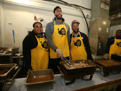 Anthony Davis Host Annual Thanksgiving Dinner