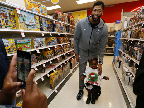 Anthony Davis hosts annual holiday shopping spree
