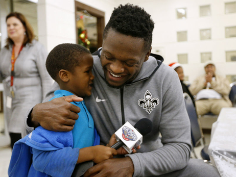 Julius Randle hosts holiday event at Salvation Army