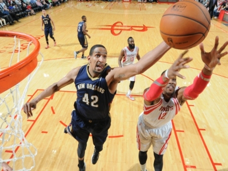 Pelicans center Alexis Ajinca vies for a rebound with Rockets center Dwight Howard