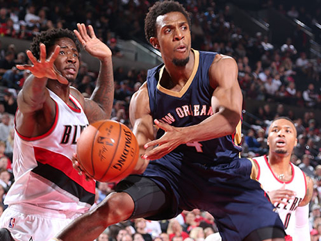 Pelicans point guard Ish Smith dishes a pass at Portland