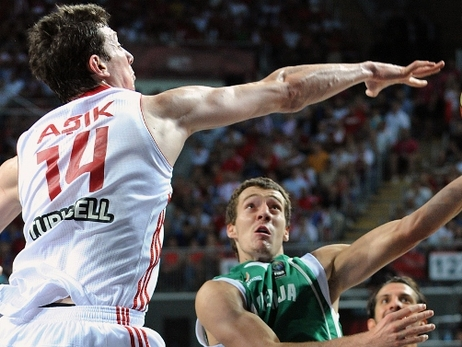 Turkey, Omer Asik top Dominican Republic, advance