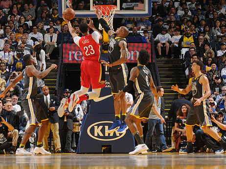 Anthony Davis glides to the rim against Golden State's defense