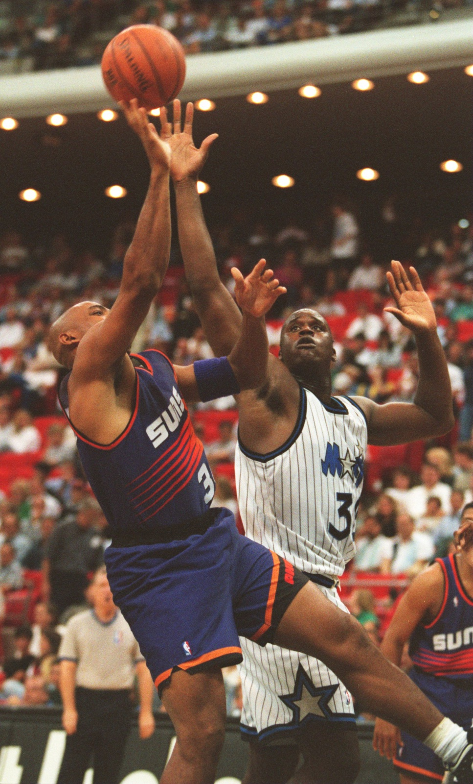 SHAQUILLE O'NEAL OF THE ORLANDO MAGIC CHALLENGES CHARLES BARKLEY OF THE PHOENIX SUNS DURING A 135-129 SUNS WIN IN ORLANDO, FLORIDA.