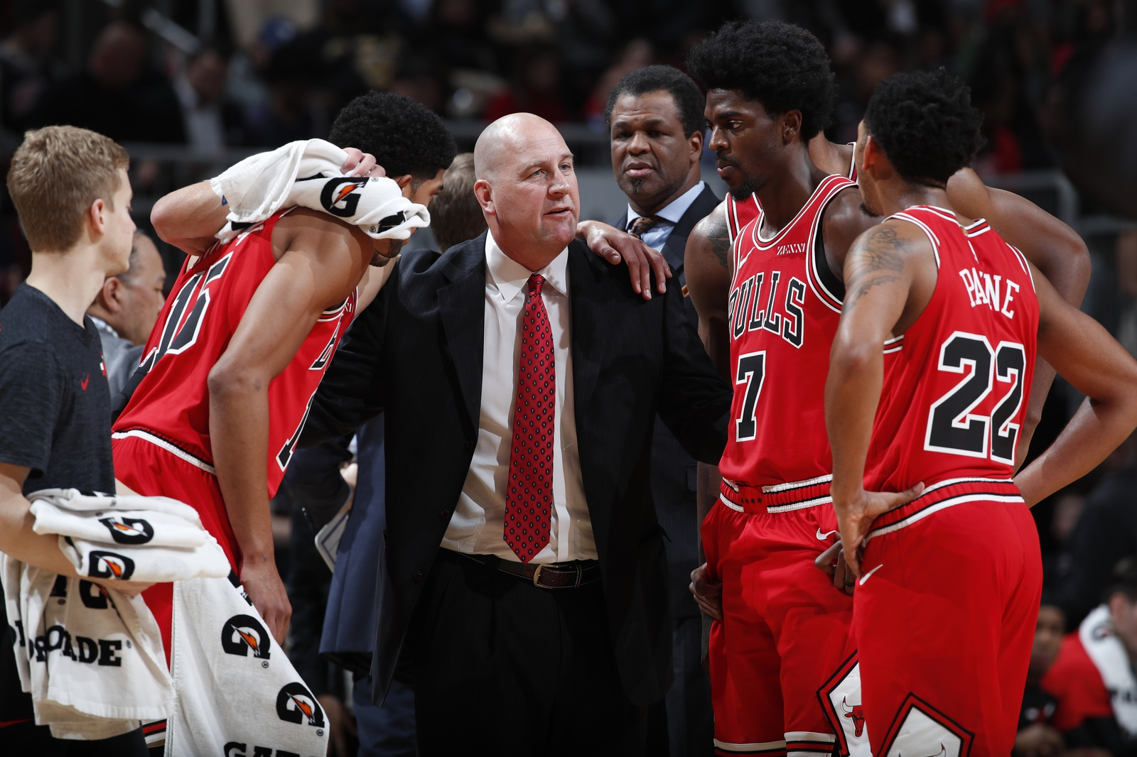 Jim Boylen huddles with his team during a time out against the Golden State Warriors on October 29, 2018 at United Center in Chicago, Illinois.