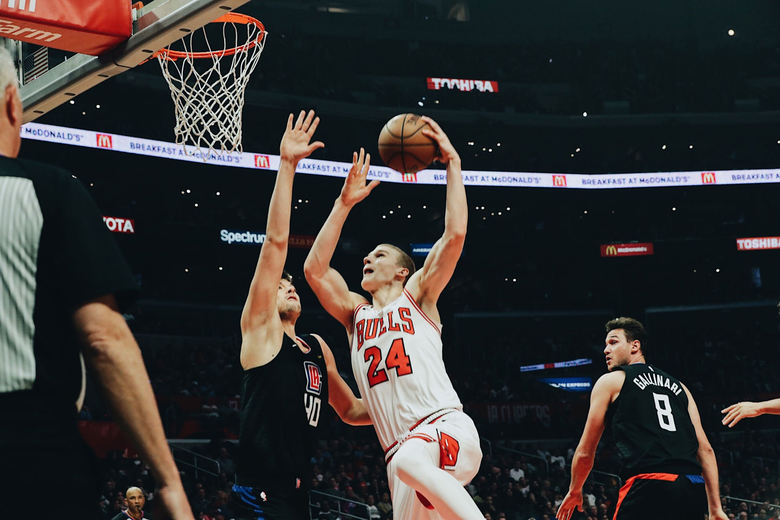 Lauri Markkanen shoots the ball