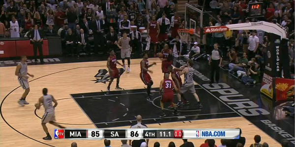 Chris Bosh boxes out Tiago Splitter on the baseline