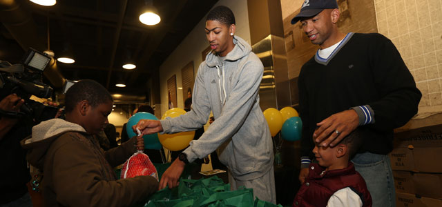 Hornets Players Distribute Thanksgiving Meals to NOLA Students