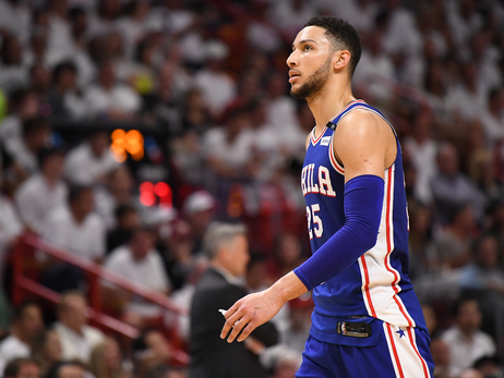 Primer triple-doble de Simmons en playoffs