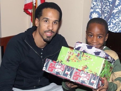 Shaun Livingston Hosts Five Peoria Families for the Holidays – 12/19/15